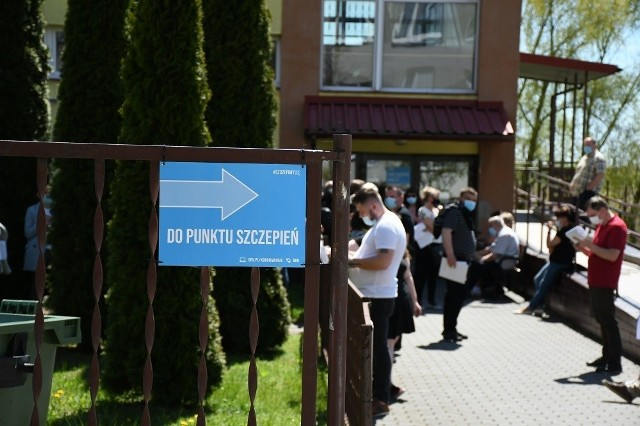 W punkcie szczepień przed SP nr 2 w Miechowie też tworzyły się kolejki