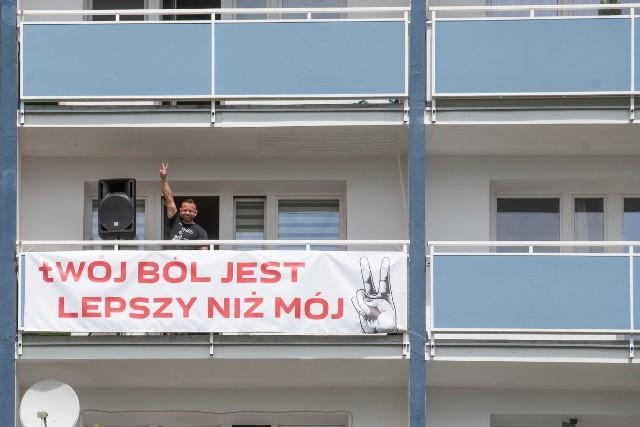 Mieszkaniec Piątkowa ustawił głośnik na balkonie i równo o godz. 12.30 włączył utwór Kazika. W tym czasie na swoje balkony w bloku nr 17 postanowiło wyjść wielu sąsiadów pana Marcina, a na chodniku znajdującym się naprzeciwko budynku zatrzymało się kilkanaście osób.
