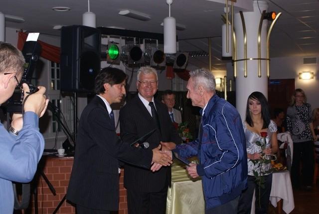Nagrodę kulturalną Alojzy Heppel otrzymał z rąk burmistrza Ignacego Odważnego