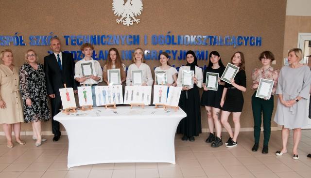Dzisiaj (25 czerwca) odbyło się rozstrzygnięcie konkursu na uniformy dla pracowników Hotelu Mercure. Projekty wykonali uczniowie ZSTiOI w Białymstoku.