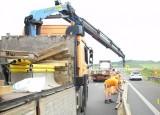 Gigantyczne korki na autostradzie A4 między Krapkowicami i Kędzierzynem-Koźlem. Drogowcy ratują kierowców wodą