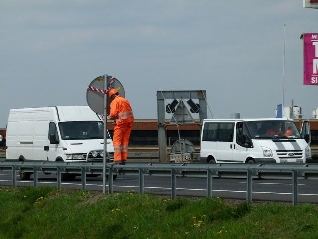 """W Rzgowie ustawiono (nieobowiązujące na razie) znaki ograniczenia prędkości na """"krajówce"""" do 60 km/h."""