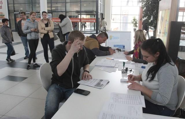 W sobotę pracownicy ośrodka pomocy społecznej wnioski o świadczenia 500+ przyjmowali w Galerii Słonecznej w Radomiu.