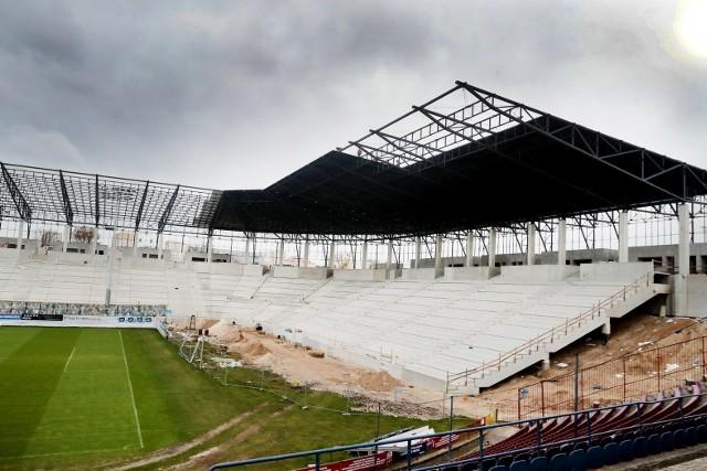 Świat zatrzymał się w wielu dziedzinach życia, ale spora część inwestycji wciąż jest realizowana. W tym także przebudowa stadionu Pogoni Szczecin. Ostatnio pojawiły się tam nowe elementy dachu nowego obiektu Portowców.