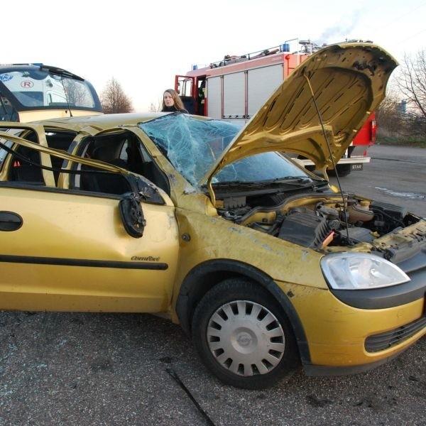 Tir nie zdążył wyhamować i doszło do zderzenia. W jego wyniku kierująca oplem i jej pasażerka zostały przewiezione do szpitala