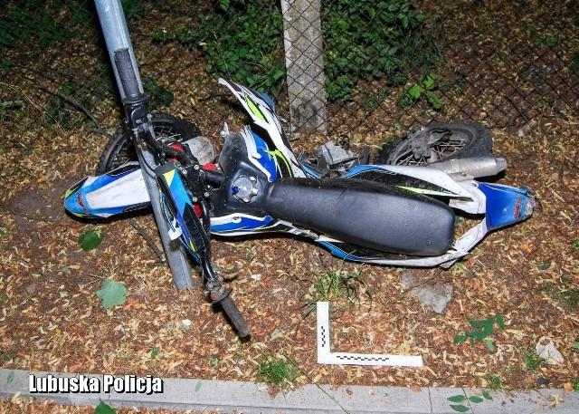 Do tragedii doszło we wtorek, 20 lipca, w Drezdenku. Motocykl crossowy, którym jechał 16-latek, zderzył się czołowo z busem (mercedes vito). Młody kierowca jednośladu z poważnymi obrażeniami został odwieziony do szpitala. Tam zmarł. Policja poszukuje świadków zdarzenia.Wypadek miał miejsce we wtorek w godzinach wieczornych. Doszło do niego na ul. Lema w Drezdenku. Z ustaleń policji wynika, że dostawczy mercedes vito uderzył w motocykl, na którym siedział 16-latek. - Siła uderzenia była bardzo duża. Świadczy o tym kompletnie zniszczony motocykl, który leżał kilkanaście metrów od miejsca, gdzie doszło do zderzenia – mówi młodszy aspirant Tomasz Bartos, oficer prasowy Komendy Powiatowej Policji w Strzelcach Krajeńskich. Na miejsce przyjechały służby ratunkowe. Obrażenia 16-latka były bardzo poważne, został przetransportowany do szpitala, gdzie niestety po kilku godzinach zmarł. Natomiast kierowca mercedesa uciekł z miejsca zdarzenia, zostawiając 16-latka bez pomocy. Został zatrzymany przez policję jeszcze tego samego wieczoru. Miał w organizmie ponad promil alkoholu. Przyczyny oraz okoliczności wypadku jak zawsze w takich przypadkach ustalają policjanci pod nadzorem prokuratora. Jednocześnie stróże prawa poszukują świadków tragicznego w skutkach wypadku. – Prosimy o kontakt w Komisariacie Policji w Drezdenku lub pod numerem telefonu 47 792 54 00 – mówi T. Bartos. Wideo: Zasada jest prosta – piłeś alkohol, nie wsiadaj za kierownicę.