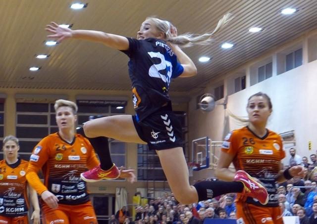 Julia Pietras (w wyskoku) w pojedynku z Zagłębiem rzuciła trzy bramki. JKS (ciemne stroje) ograł wicemistrzynie Polski.