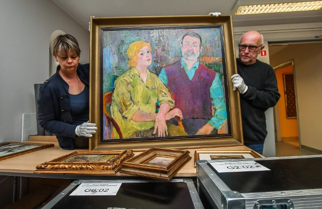 Kuratorka wystawy i  zastępczyni dyrektora ds. zbiorów Inga Kopciewicz oraz dyrektor MOB Wacław Kuczma prezentują portret Leonarda i Wandy Pietraszaków, darczyńców kolekcji, jaką zobaczymy w zrewitalizowanym gmachu MOB przy Gdańskiej 4