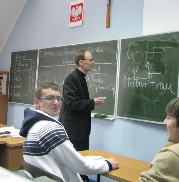 W klasach dwujęzycznych w języku obcym prowadzone są co najmniej dwa przedmioty. W LO jest to religia, matematyka i fizyka.