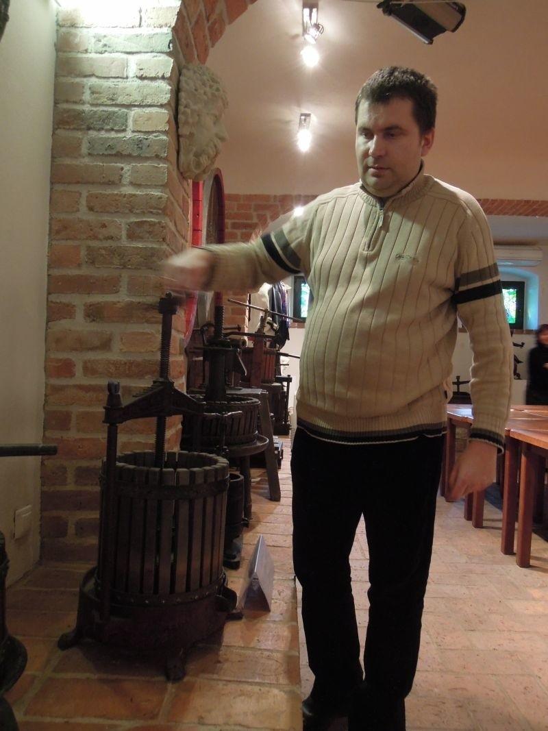 Przewodnikiem po Muzeum Wina jest Arkadiusz Cincio, który pokazuje jak działały sprzęty winiarskie