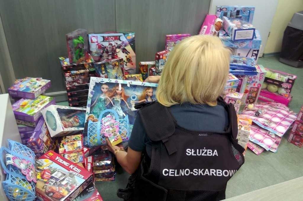 7c34fa2632b1f4 Niemal 250 zestawów podrobionych zabawek zatrzymali funkcjonariusze Służby  Celno-Skarbowe podczas kontroli jednego ze sklepów w Dąbrowie Białostockiej.