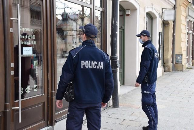 Policjanci kontrolują przestrzeganie pandemicznych obostrzeń