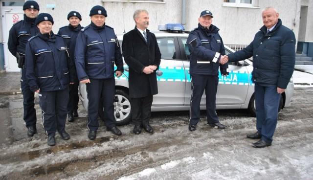 Przekazanie auta przed KPP w Łowiczu. Od prawej: Andrzej Werle, Grzegorz Radzikowski oraz Krzysztof Kaliński
