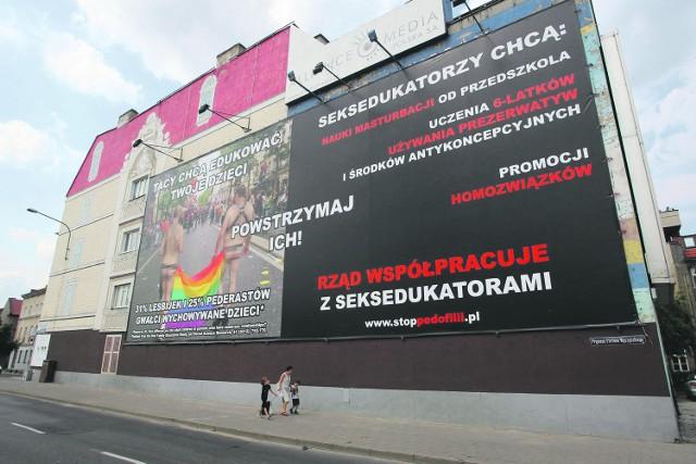 Fundacja PRO o swoich działaniach informowała także w Poznaniu. Kontrowersyjny plakat, mówiący o zagrożeniach, jakie niesie za sobą edukacja seksualna, zawisł na rondzie Śródka