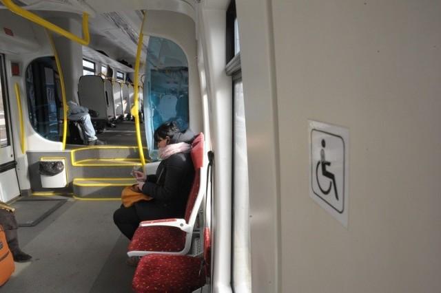Każde miejsce przeznaczone dla osób niepełnosprawnych jest dobrze oznaczone. Pasażerowie w pełni sprawni muszą je w razie potrzeby zwolnić.