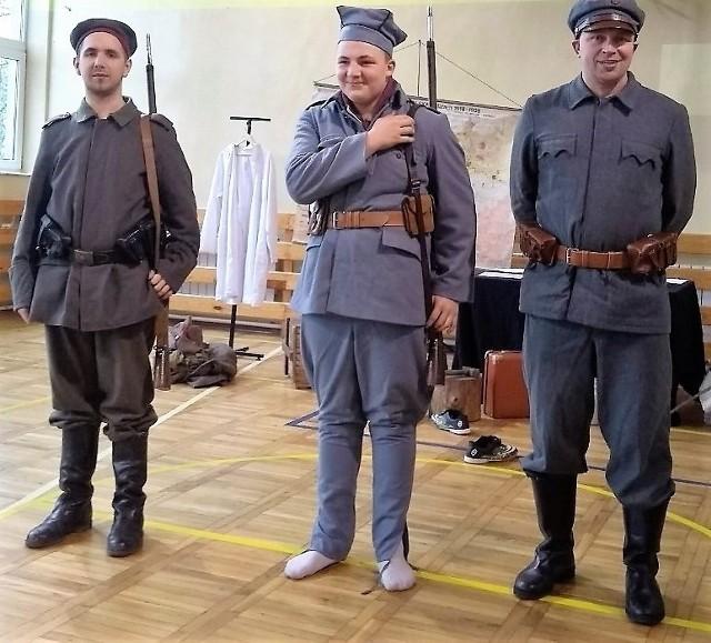 Uczniowie Publicznej Szkoły Podstawowej we Wrzeszczowie mieli okazję zobaczyć, jak wyglądali żołnierze sprzed stu laty.