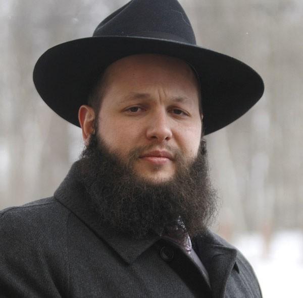 Szalom Ber Stambler, urodził się w 1982 roku w Kfar Chabad w Izraelu Intelektualista żydowski, obecny przewodniczący Chabad-Lubavitch w Polsce, rabin domu modlitwy Chabad-Lubavitch w Warszawie. Pochodzi ze znanej i szanowanej rodziny, jego ojciec Zalman i brat Meir są również rabinami. Jego żoną jest Dina z domu Fleischman, z którą ma dwóch synów: Józefa Icchaka i Meira oraz córkę Ciwię. Mówi płynnie po hebrajsku, angielsku, rosyjsku i polsku.