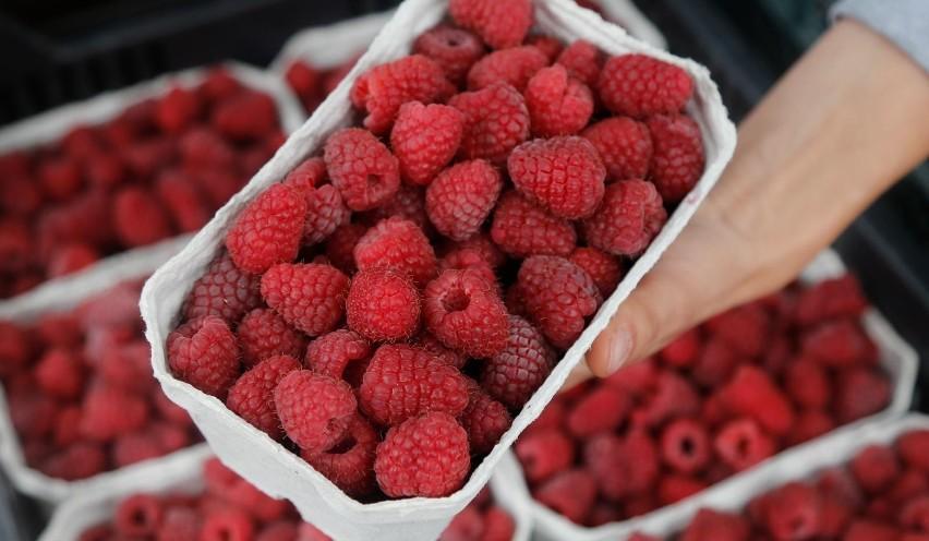 Najdroższymi z krajowych owoców są obecnie maliny, na...