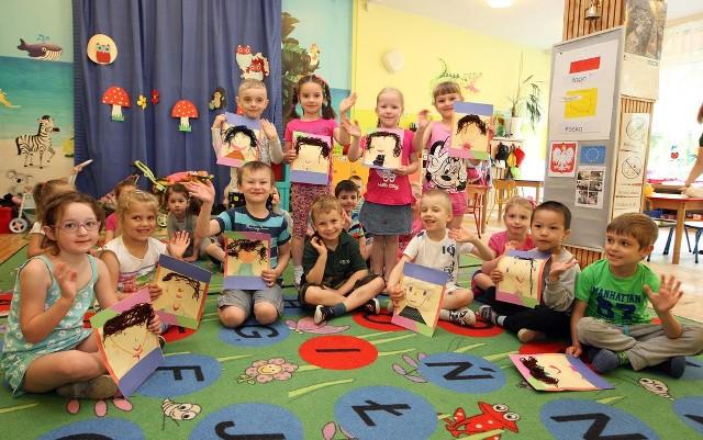 Każde dziecko oprócz życzeń przygotowało dla swojej mamy jej portret. Podobizny powstawały za pomocą flamastrów, włóczki i kleju.