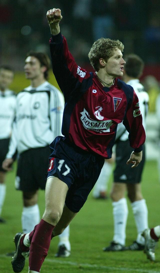 Paweł Magdoń w geście radości po zdobyciu trzeciego gola dla portowców.