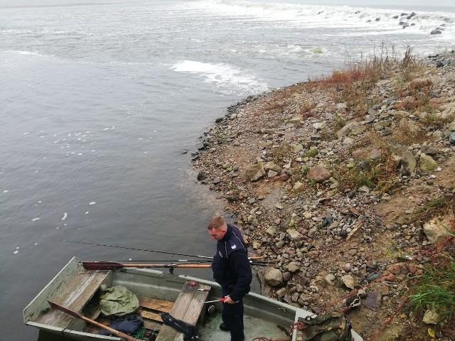 Mężczyzna będąc na łodzi, dokonywał amatorskiego połowu ryb na Wiśle, w miejscu gdzie było to zabronione. Za to przestępstwo grozi mu do dwóch lat więzienia i utrata sprzętu wędkarskiego.