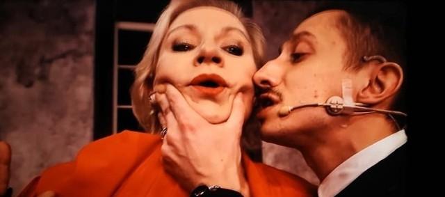 """Pierwszą z nowych premier Teatru Polskiego jest """"Don Juan"""" w reżyserii Wiktora Bagińskiego, który wspólnie z Pawłem Sablikiem napisał również scenariusz. W 2009 roku premiera tej znanej komedii Moliera odbyła się na Scenie Nowej Teatru Nowego. Przez kilka lat cieszyła się dużym zainteresowaniem publiczności. Wydaje się jednak, że tym razem otrzymamy przedstawienie w zupełnie innej stylistyce. Twórcy zapowiadają, że będą chcieli pójść o krok dalej w interpretacji tego klasycznego dzieła, przyjmując, że największym cierpieniem jakie wyrządzono człowiekowi, jest jego przyjście na świat."""