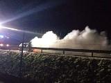 Nocny pożar samochodu na drodze ekspresowej S14 [zdjęcia]