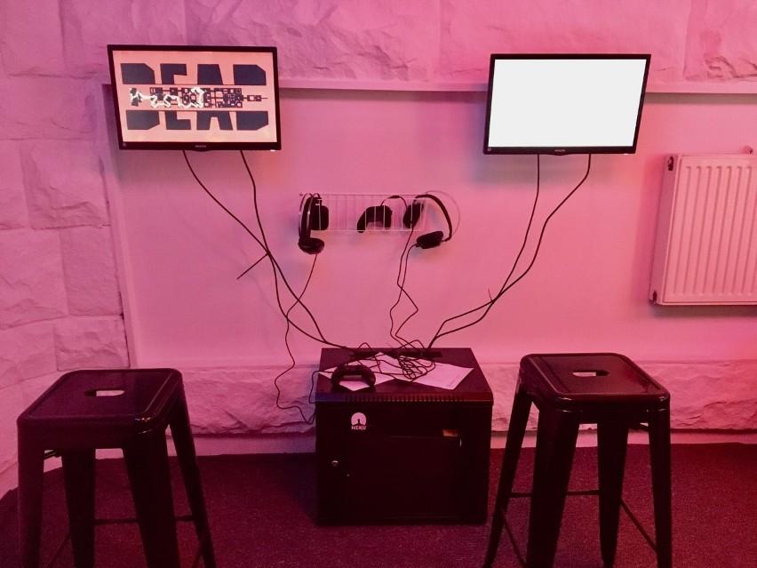 Pokój z grami stworzony przez festiwal Ars Independent znajduje się w holu głównym gmachu Miasto Ogrodów na placu Sejmu ŚląskiegoZobacz kolejne zdjęcia. Przesuwaj zdjęcia w prawo - naciśnij strzałkę lub przycisk NASTĘPNE