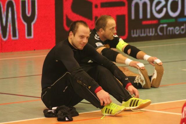 Przed bramkarzami Red Devils Chojnice stoi poważne zadanie. Vladyslav Bondarenko (pierwszy z  lewej) jest w dobrej formie, Jacek Burglin odzyskuje wzrok po kontuzji, której doznał na treningu