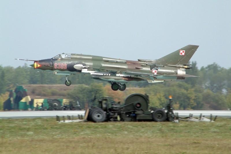 """Rok temu ze swidwińskiego lotniska odleciał ostatni """"Su-22"""" w barwach 39 eskadry lotnictwa taktycznego. Teraz przyszła pora na dowództwo brygady. Na poczynania wojska w miasteczku patrzą z niepokojem. Jeden samolot mniej oznacza bowiem likwidację minimum dwóch etatów dla cywilów."""