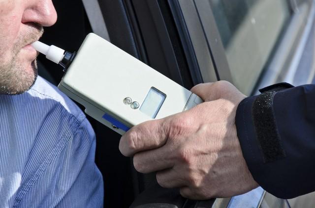 Policjanci zatrzymali mężczyźnie prawo jazdy.
