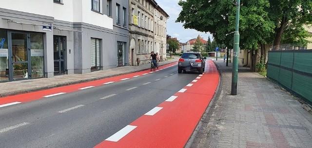 Na ulicy Batalionów Chłopskich w Białogardzie pojawiły się dwa czerwone pasy, wyznaczające trasy dla rowerzystów.