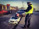 Policjanci zatrzymali do kontroli nieletnią kierującą małym kabrioletem. Za kierownicą siedziała... 2-latka!
