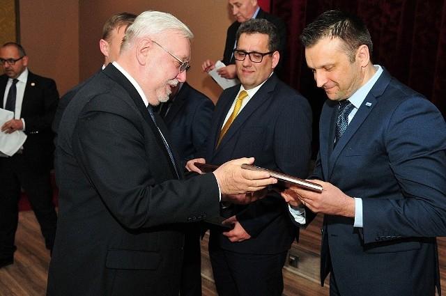 Gościem specjalnym gali był profesor Jerzy Stępień (z lewej), któremu organizacja przyznała tytuł Honorowego Członka Stowarzyszenia Przedsiębiorców i Kupców Świdnickich.