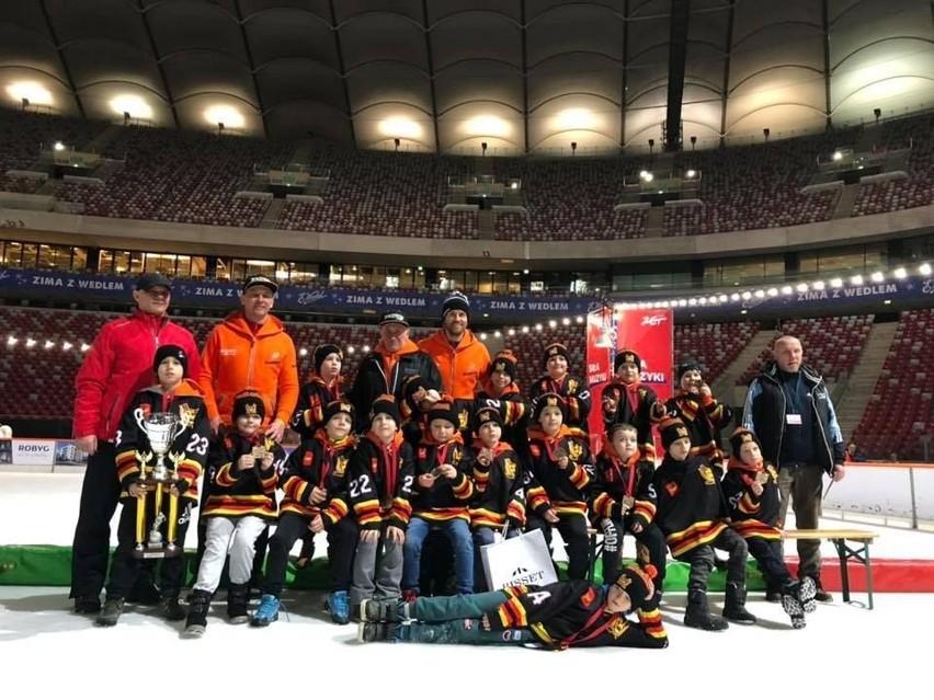 Młodzi zawodnicy Łódzkiego Klubu Hokejowego na stadionie PGE Narodowym po turnieju Czerkawski Cup