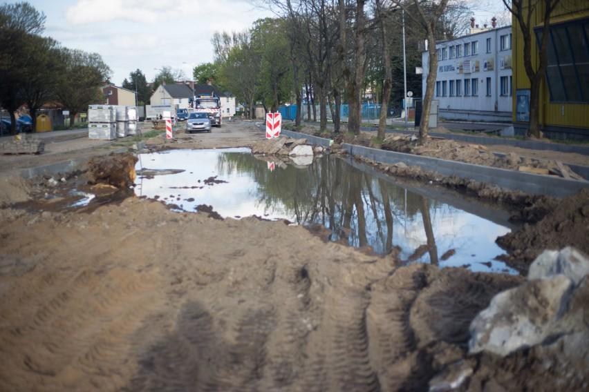 Internauci poinformowali nas o awarii, do której doszło na ulicy Piłsudskiego w Słupsku. Na remontowanym odcinku drogi doszło do awarii. Woda zalała część jezdni. Na miejsce wezwani zostali pracownicy słupskich Wodociągów, którzy uporali sobie z usterką.