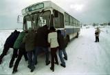 Atak zimy: Śnieg, zamiecie, zaspy, zamknięte szkoły i drogi 4 stycznia 2002. Stare zdjęcia okolic Siewierza, Sosnowca, Zawiercia, Katowic