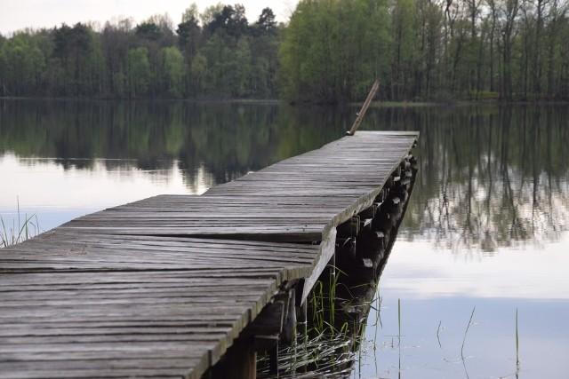 Zarwane pomosty, zniszczone ławki, wystające gwoździe w Bobięcinie