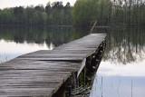 Zarwane pomosty, zniszczone ławki, wystające gwoździe przy jeziorze w Bobięcinie (ZDJĘCIA)