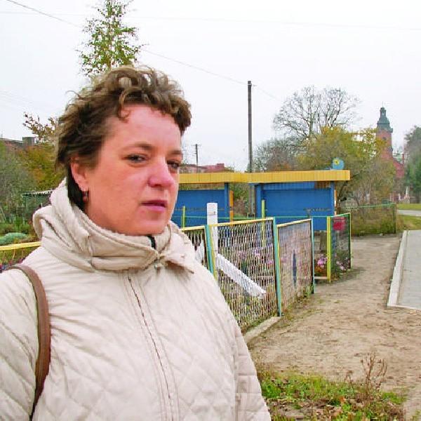 Anna Damazyn, sołtys Słupów, stoi na przystanku autobusowym, który nareszcie dobrze służy mieszkańcom.