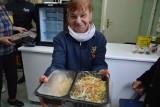 Tarnów. Uruchomiono społeczną lodówkę dla podopiecznych Fundacji Kromka Chleba. Nadmiar żywności się w niej nie zmarnuje