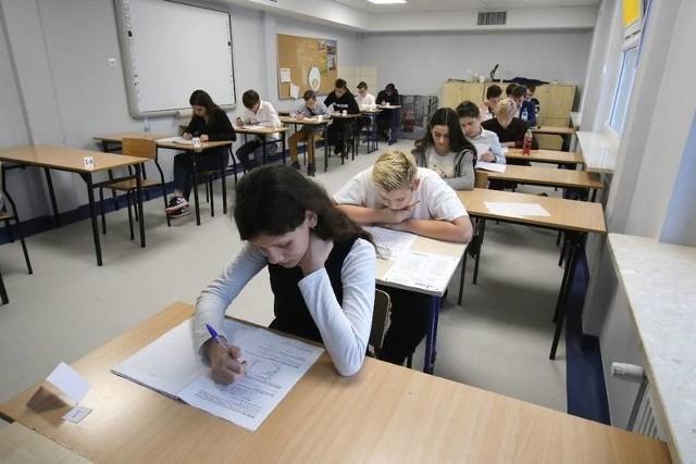 Odpowiedzi i arkusz pytań egzaminu ósmoklasisty z języka polskiego 2021 opublikujemy jako galerię zdjęć w tym artykule około godziny 13. prosimy o odświeżanie strony co kilka minut.