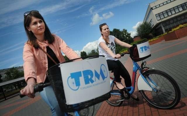 Z roweru miejskiego korzystają Aneta Krawiecka i Magdalena Sulkowska