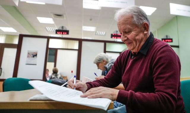 W pierwotnym projekcie Ministerstwo Inwestycji i Rozwoju (autor tych rozwiązań) zapisało, by do wyliczenia wysokości minimalnej emerytury były brane pod uwagę nie tylko kwoty zapisane na koncie i subkoncie w ZUS, ale również środki przekazane z OFE na IKE, po likwidacji OFE.