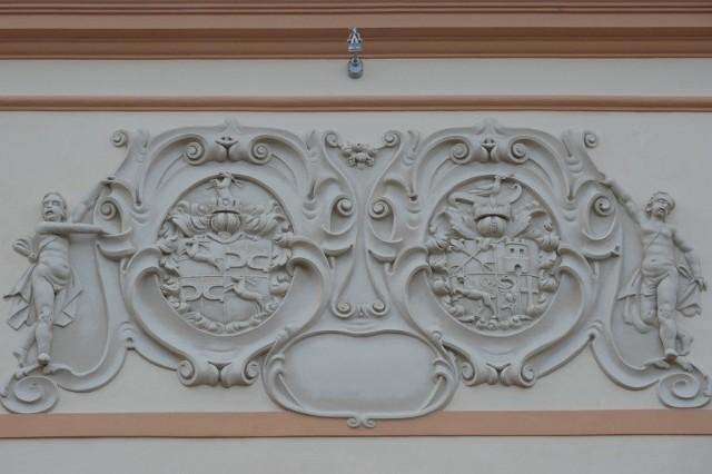 Kartusz z herbami na frontonie zamku Prószkowskich. Herb rodziny - po lewej.