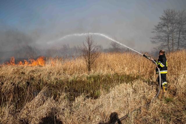Koniec kwietnia 2020 roku. Strażacy gaszą pożar w Biebrzańskim Parku Narodowym