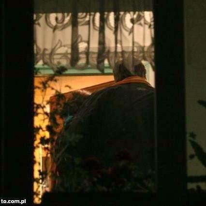 Policjanci w mieszkaniu, w którym Paweł Z. zamordował żonę. To zdjęcie zrobiliśmy tuż po tym zabójstwie