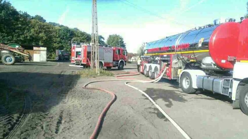 Dziesięć jednostek straży pożarnej ze Stargardu, Żarowa, Parlina, Nowej Dąbrowy i Chociwla oraz Ochotnicza Straż Pożarna z Dzwonowa gasiły dziś pożar, który wybuchł w Storkówku, w gminie Stara Dąbrowa. Paliła się hala produkcyjna, którą właściciel przygotowywał do przechowywania ziemniaków. Działania zakończyły się ok. godz. 18.