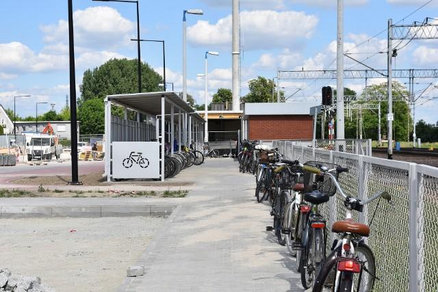 Mieszkańcy Buku już za kilkanaście dni będą mogli korzystać z nowego węzła przesiadkowego. Nowe rondo, wchodzące w skład tej inwestycji poprawi bezpieczeństwo ruchu w okolicy dworca. Obecnie trwają ostatnie prace. Ale wiaty rowerowe już stoją