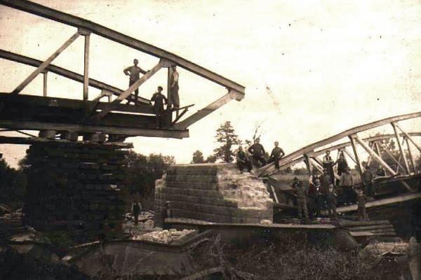 Powstańcy wysadzili m.in. ten most kolejowy na Odrze.